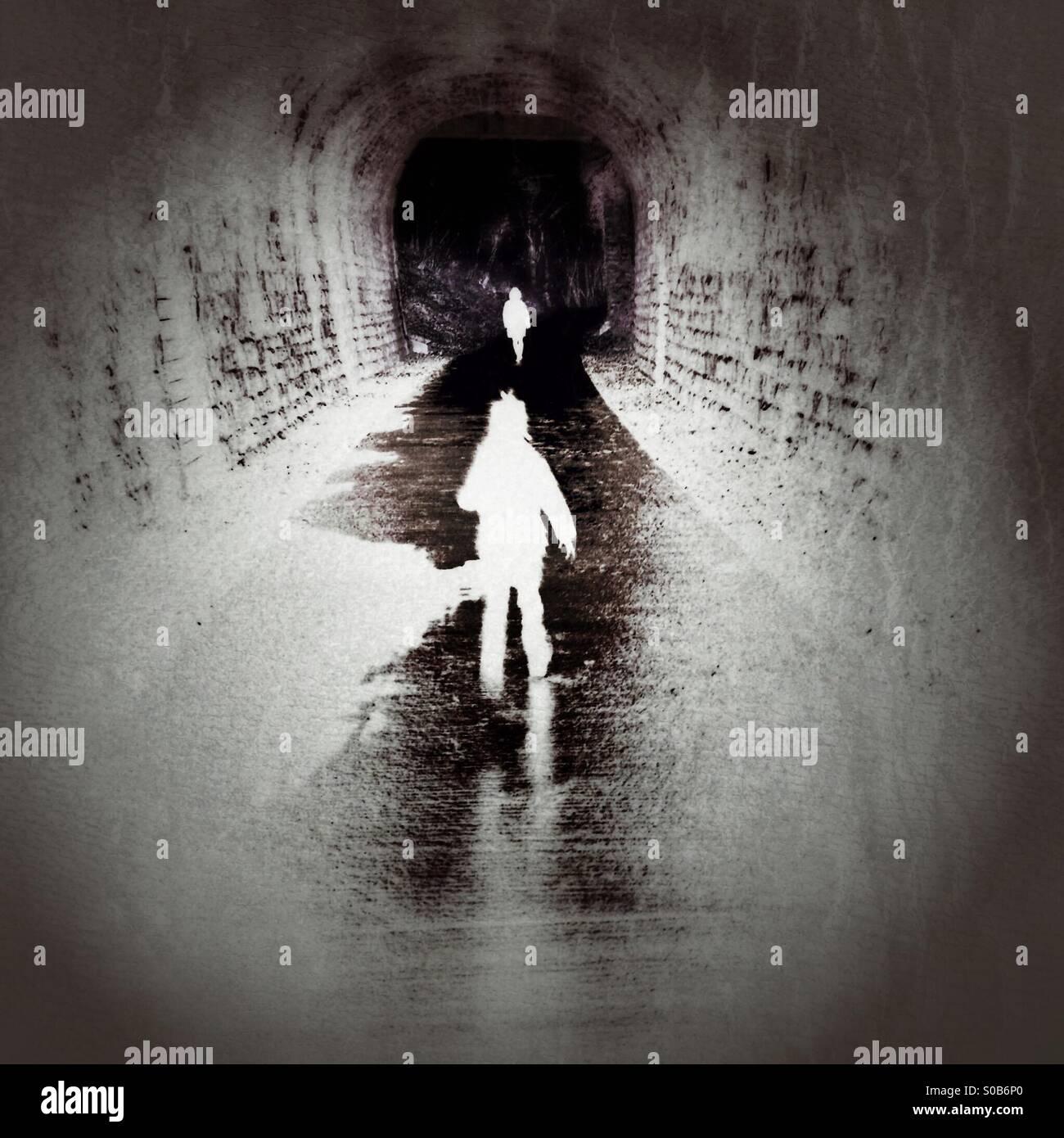 Chasser en bas d'un tunnel Banque D'Images