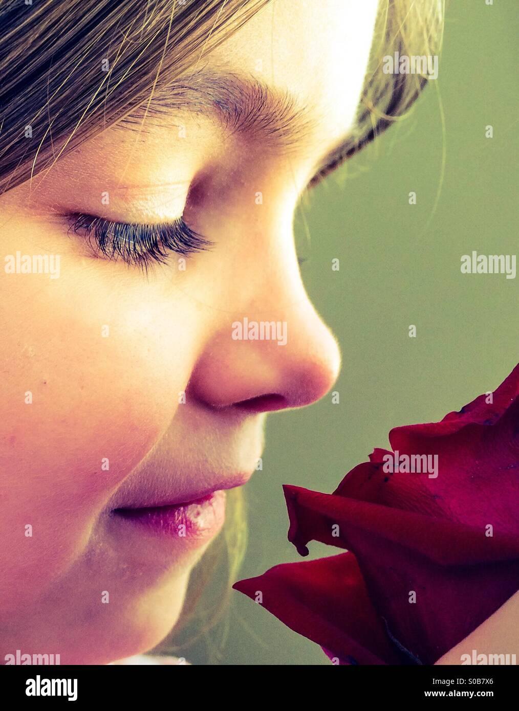 Jeune fille et une Rose Photo Stock