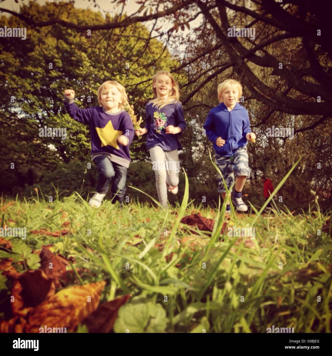 Trois enfants en marche Photo Stock