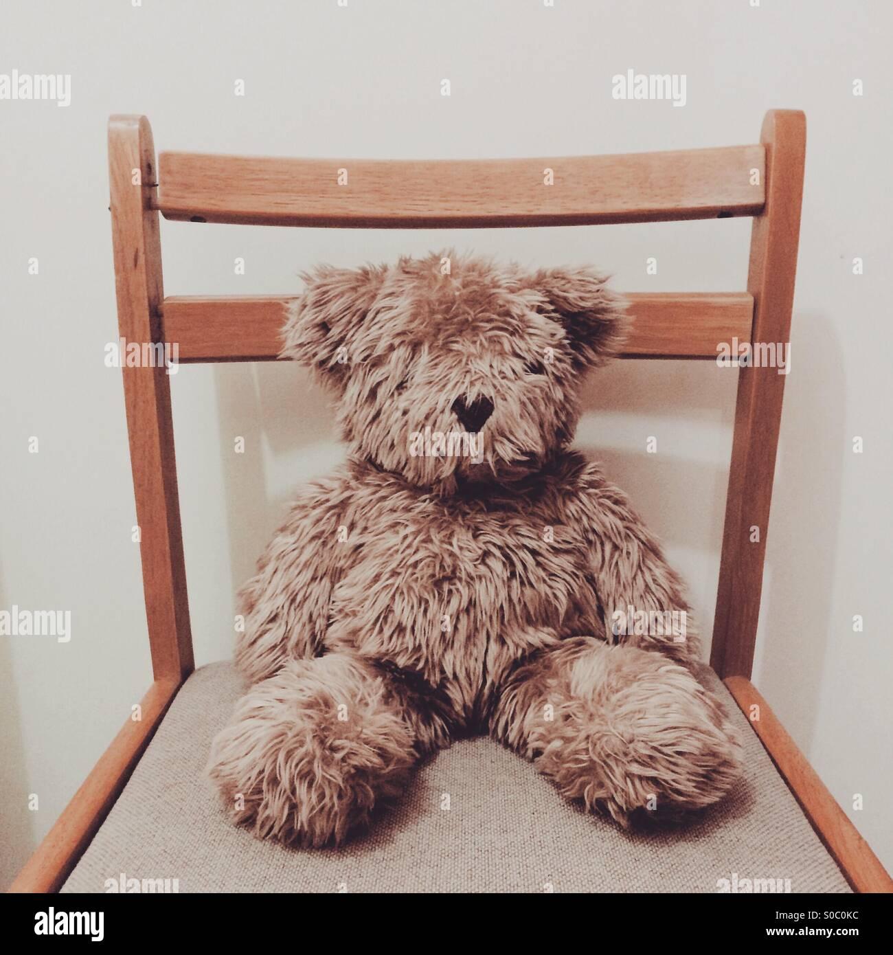 Ours en peluche sur une chaise. Photo Stock