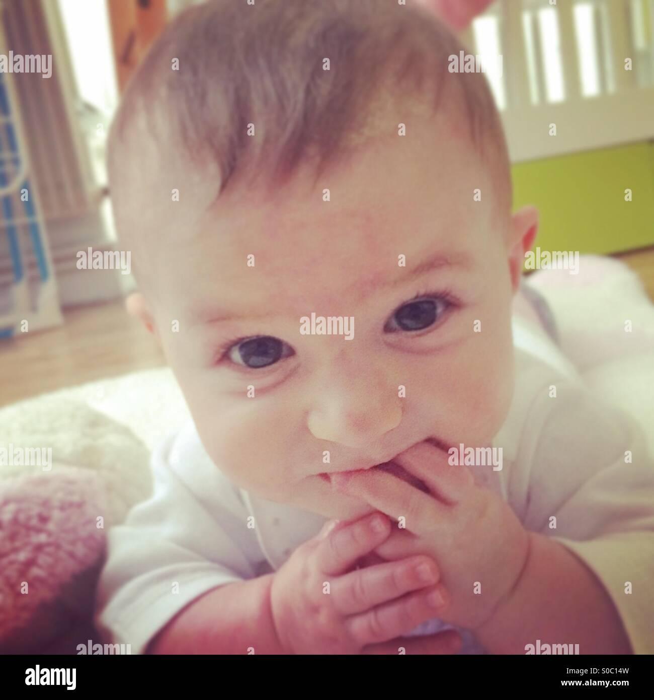Bébé mange ses doigts Photo Stock
