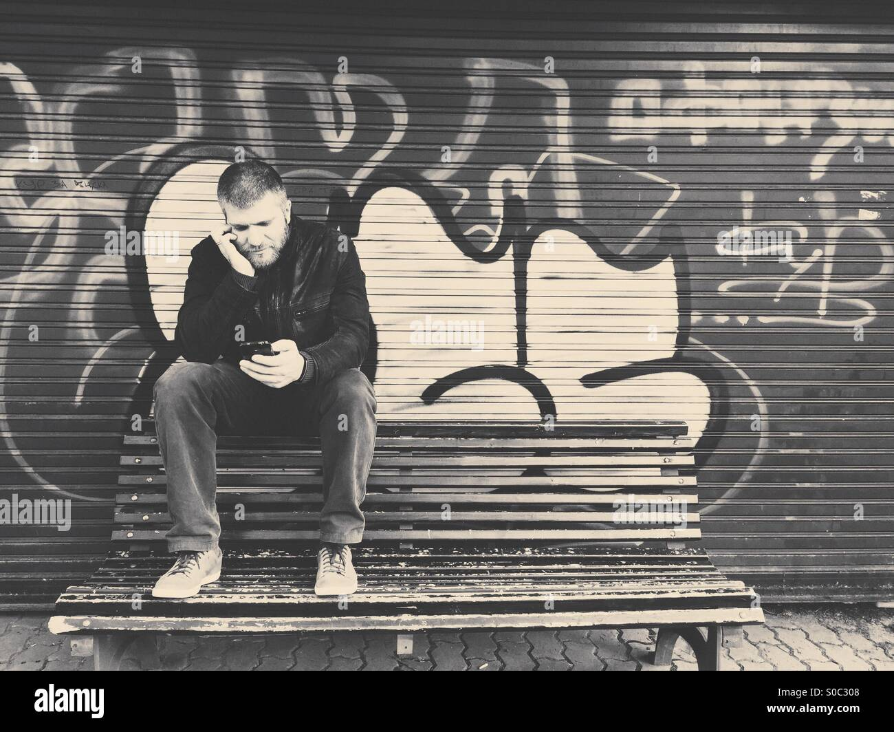 L'homme sur le net sur le smartphone. Photo Stock