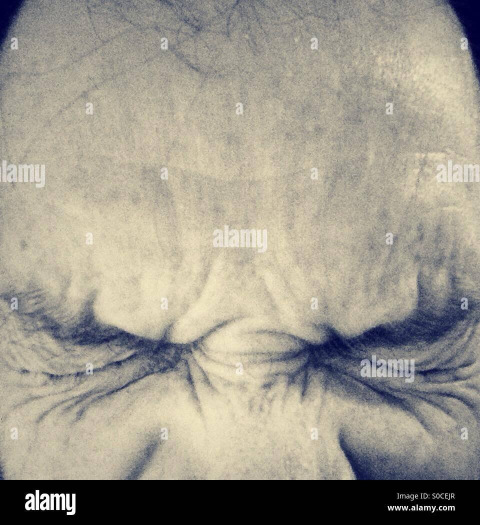 L'homme avec les yeux fermé hermétiquement close up. Photo Stock