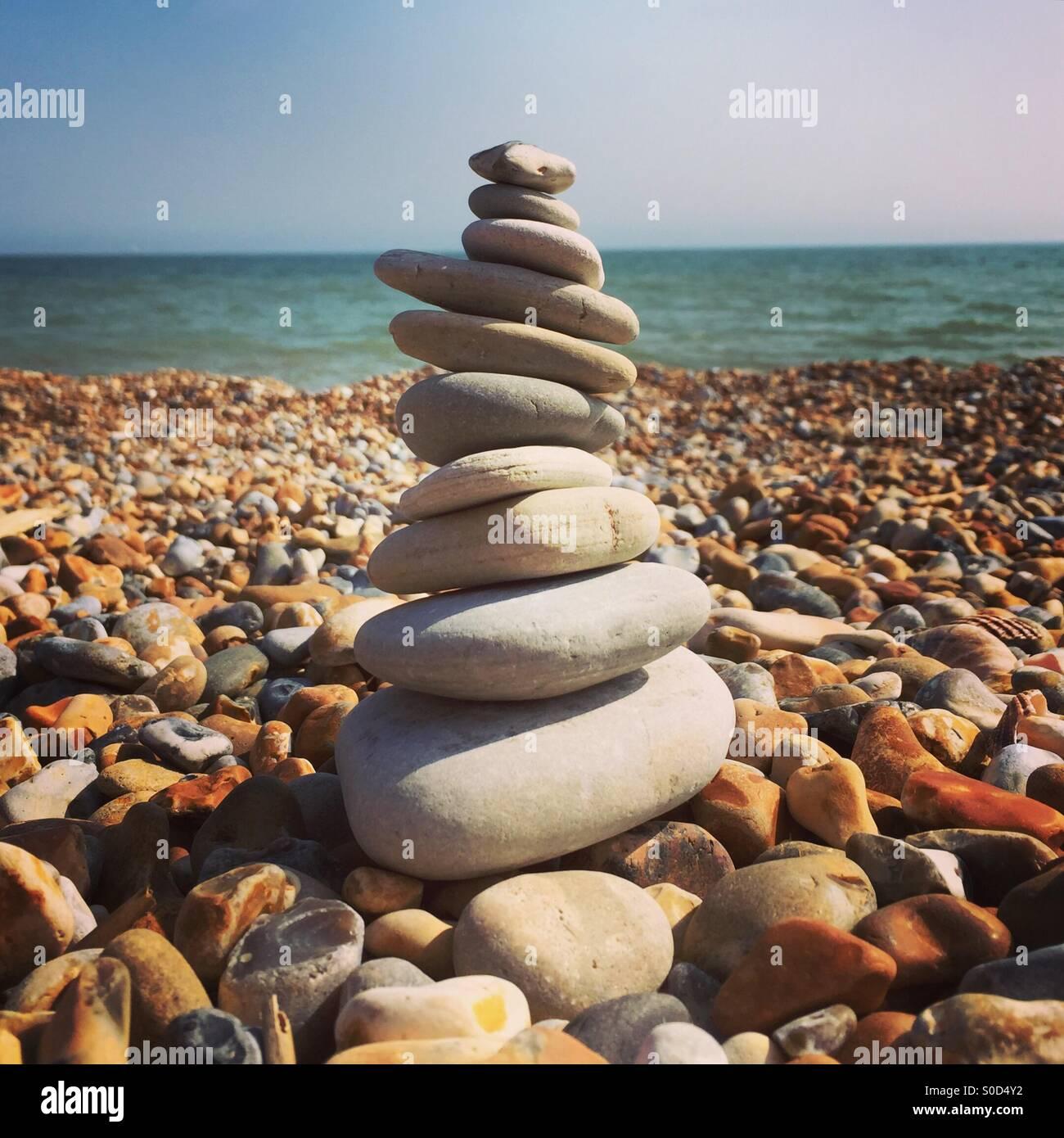 L'équilibrage de pierre de la plage Photo Stock