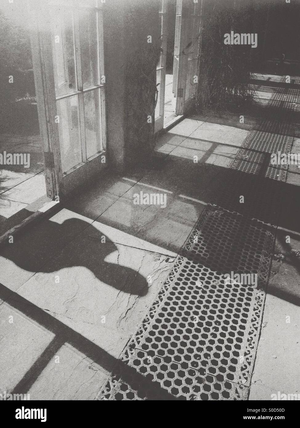 Ombre d'une personne à travers une vitre Photo Stock