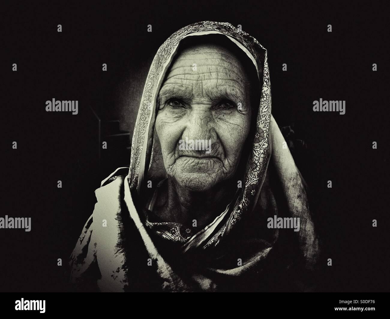 Portrait d'une vieille femme au village Kharian Pakistan Photo Stock