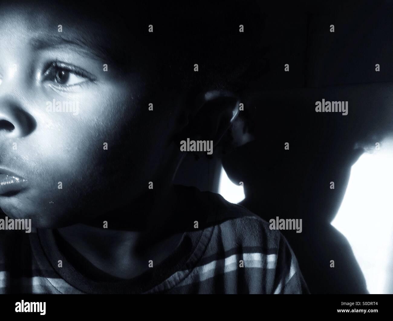 Triste petit garçon à la recherche de l'appareil photo. Photo Stock