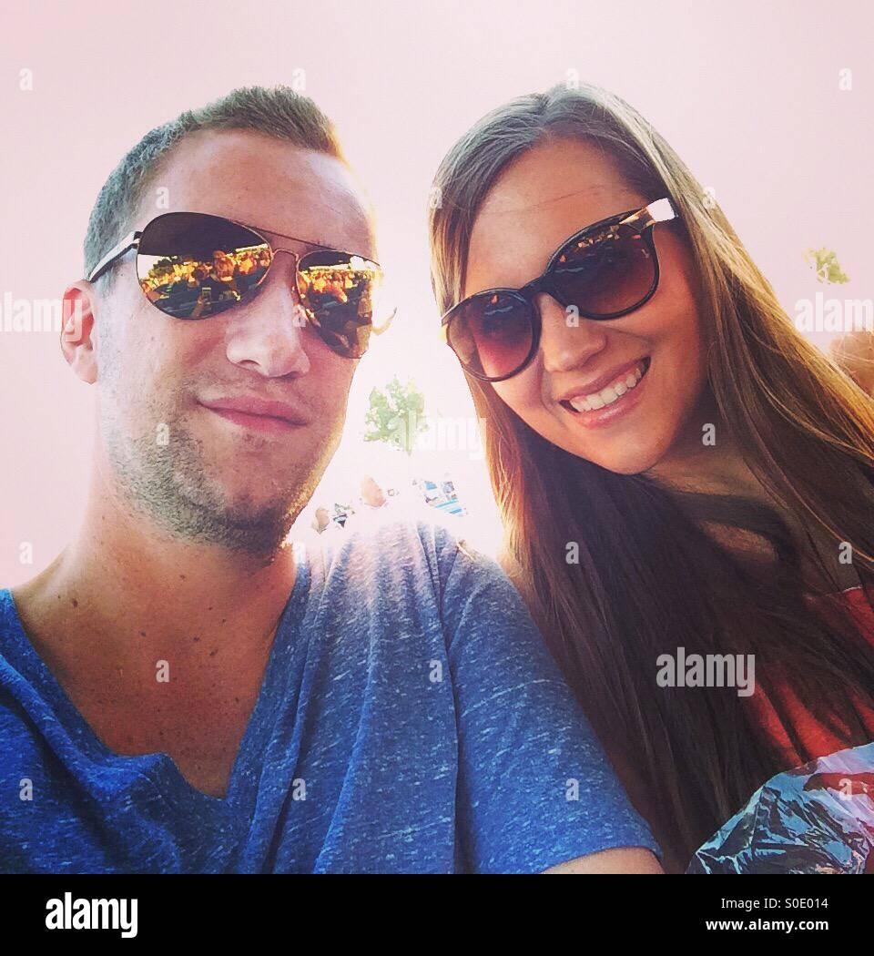 Un couple en profitant du soleil. Photo Stock