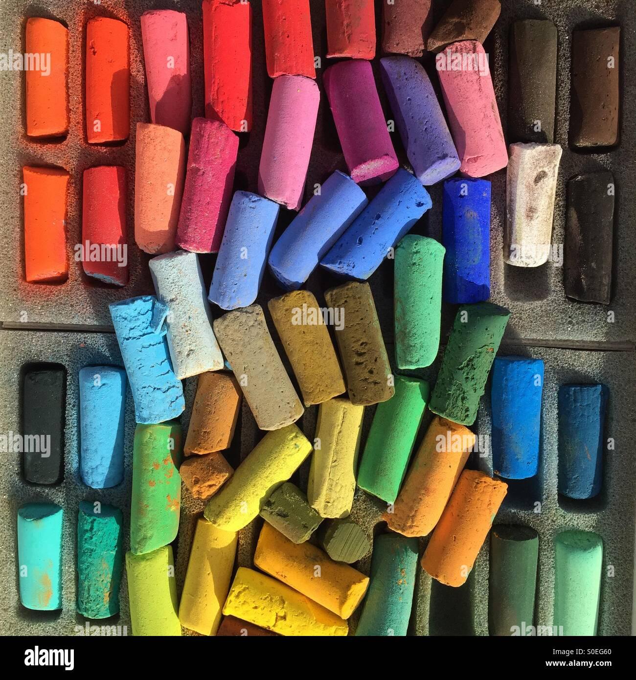 Les pastels artiste brillant mélangé dans une boîte. Banque D'Images
