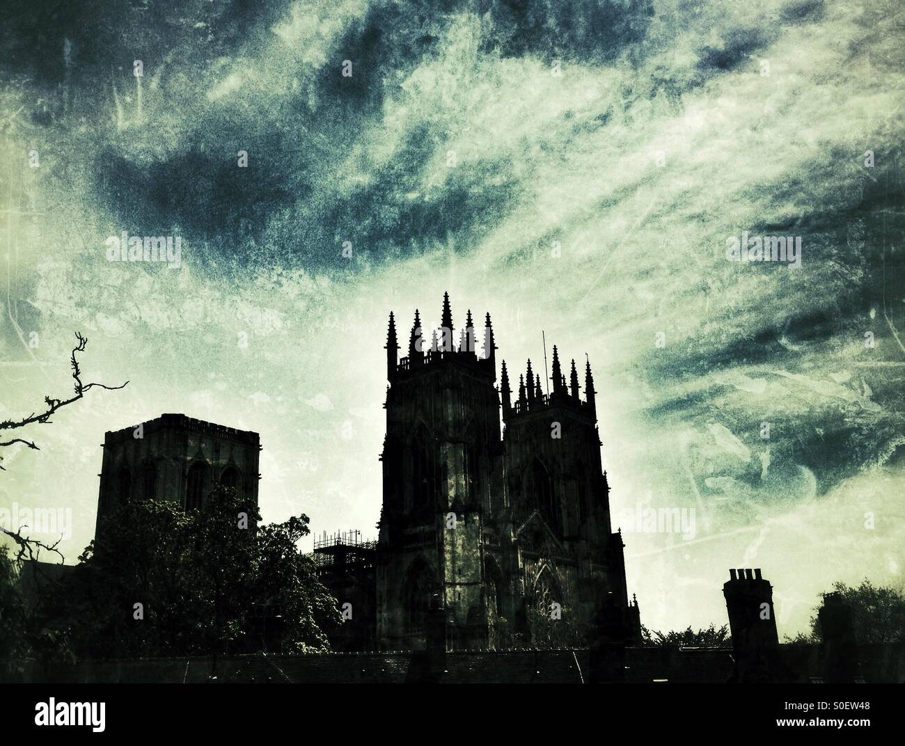 York Minster silhouetté contre ciel dramatique. York Yorkshire Angleterre Grande Bretagne. Photo Stock