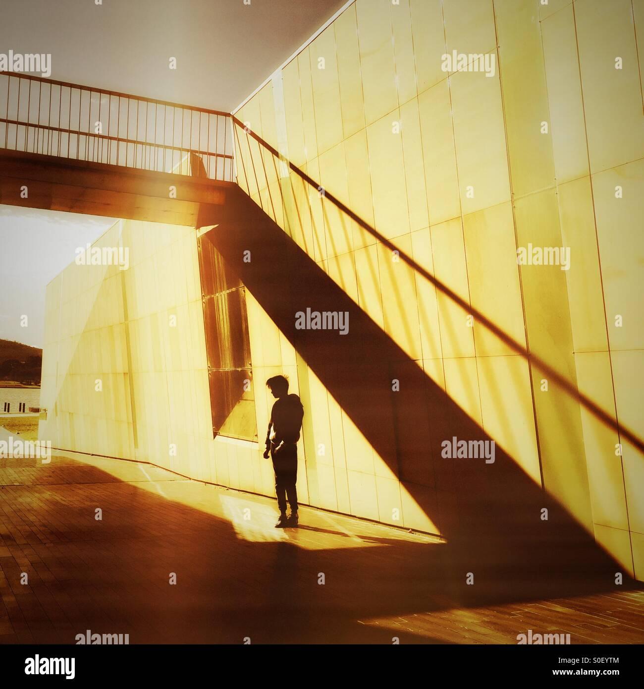 Garçon dans un passage souterrain ensoleillée Photo Stock