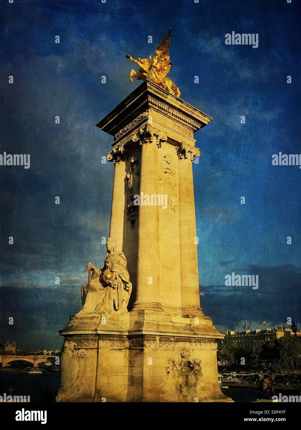 Le gilt-bronze statue de la renommée d'un Pegasus retenue veille sur le Pont Alexandre III pont, pris en charge sur les soubassements ou maçonnerie massive. Paris, France. Monument historique français. Superposition de texture vintage. Banque D'Images