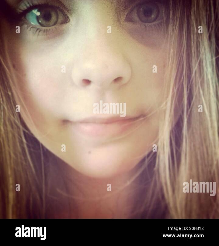 Fille avec de grands yeux à la recherche en appareil photo. Photo Stock