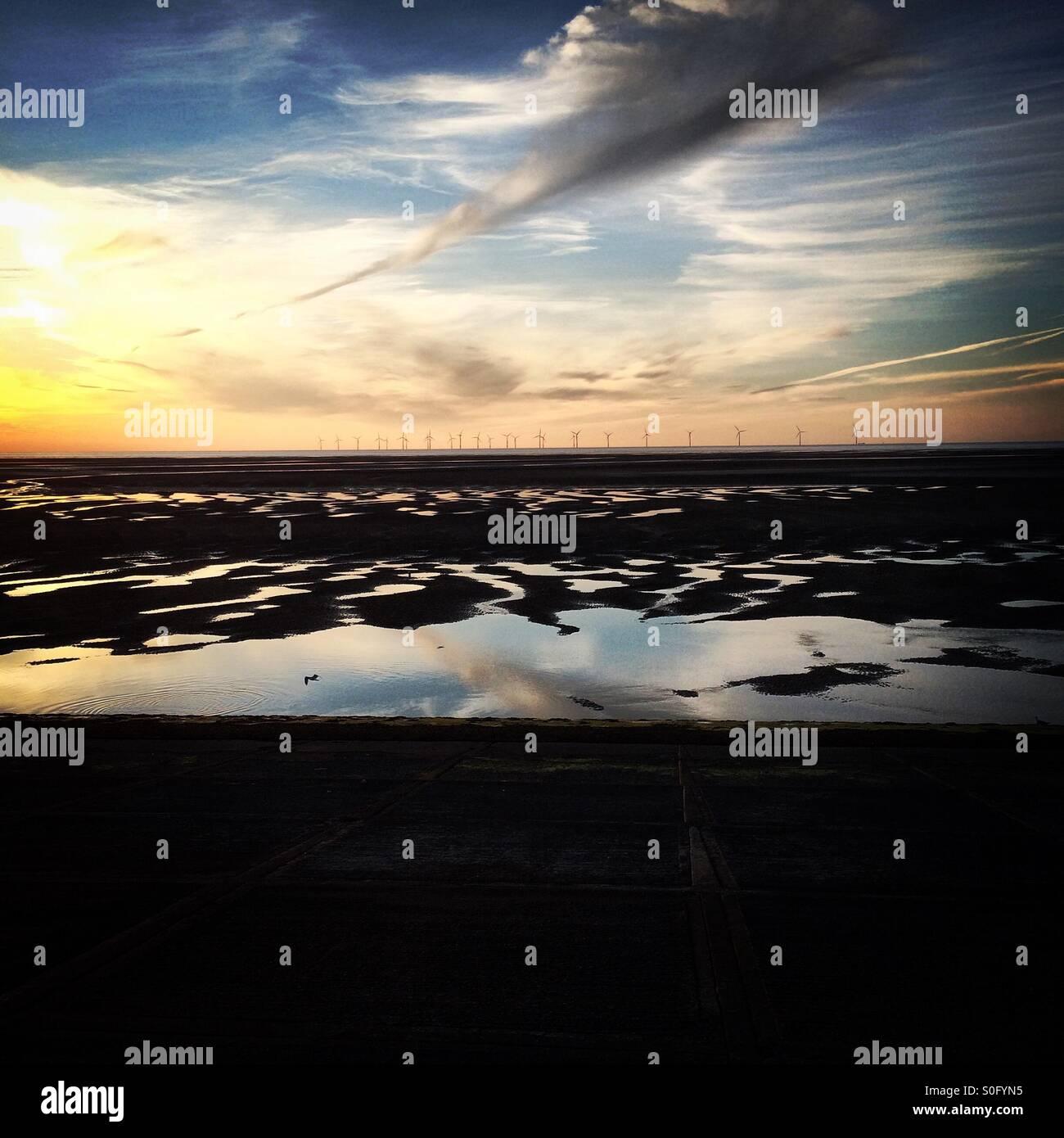 La Banque Burbo wind farm dans la baie de Liverpool, au nord ouest de l'Angleterre, vu au coucher de soleil Photo Stock