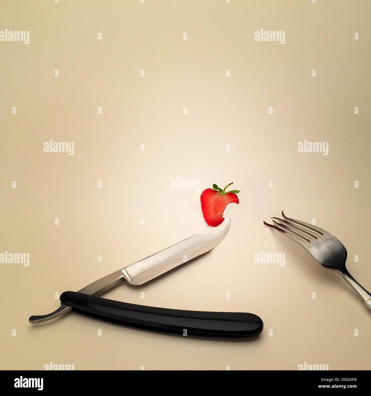 Couteau rasoir coupe la gorge et de la fourche ( fraise image manipulée numériquement) montrant une étrange et surréaliste Banque D'Images