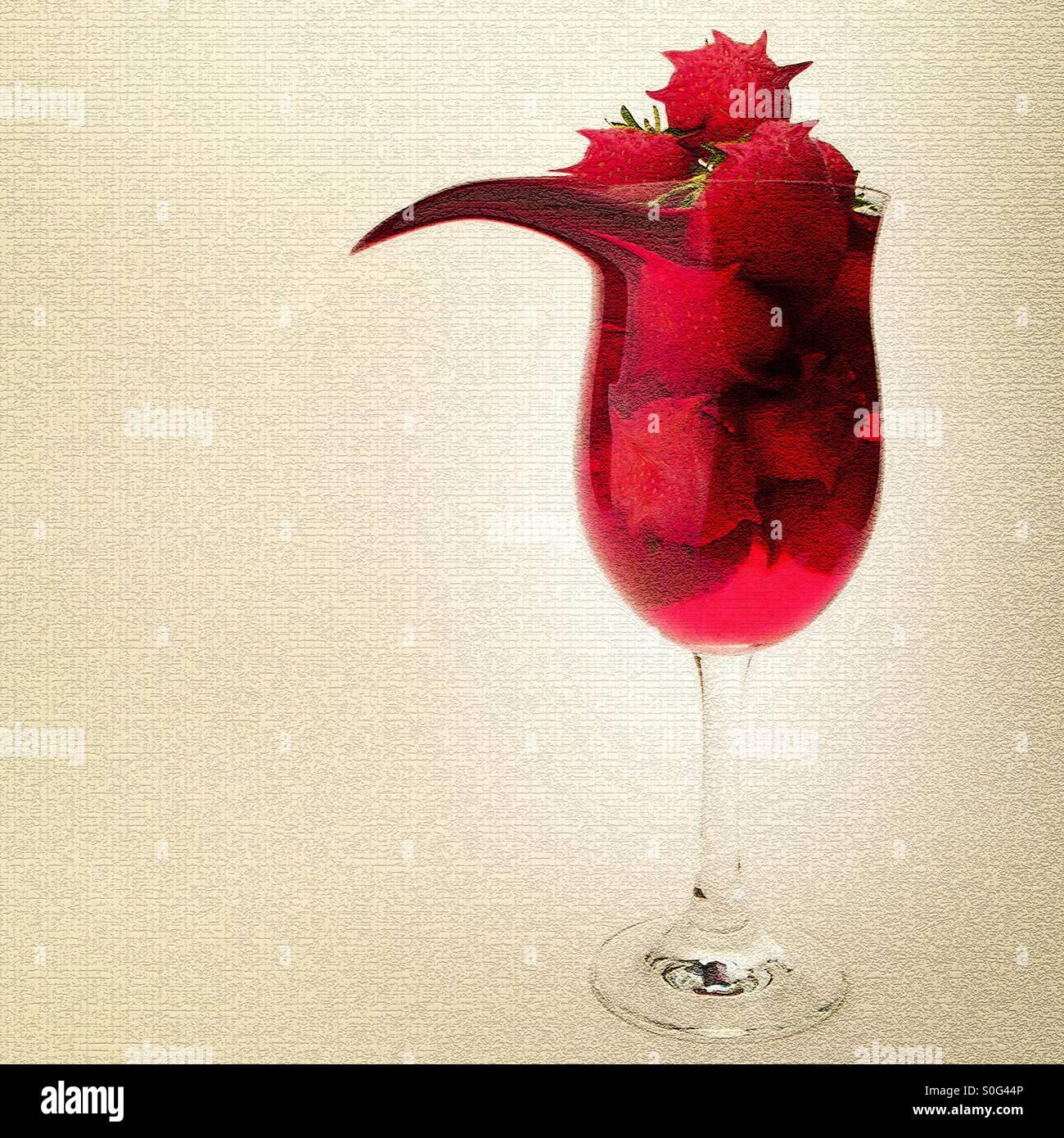 Image manipulée surréaliste montrant des fraises et jus dans un grand verre. Photo Stock