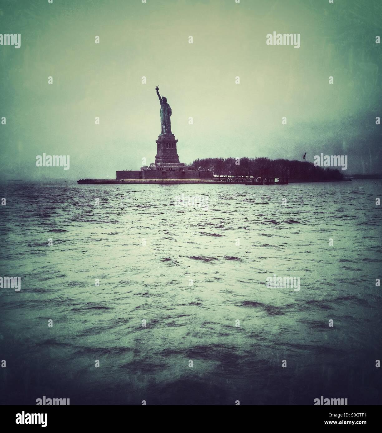 Statue de la liberté à travers l'eau. New York USA Photo Stock