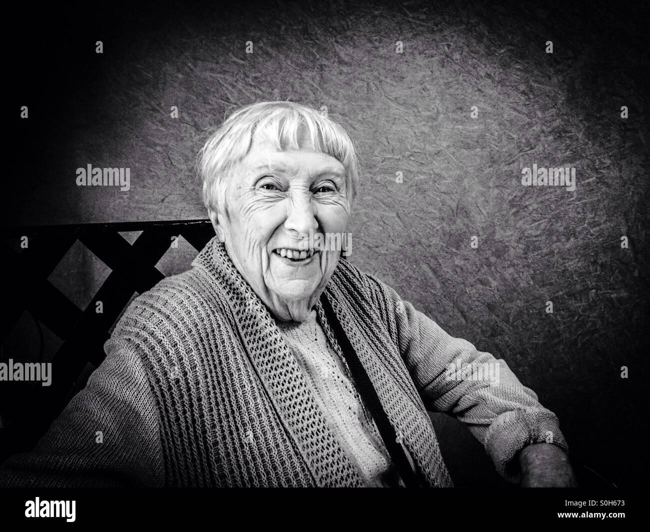 Grand-mère à la recherche de 94 incroyable..... Banque D'Images