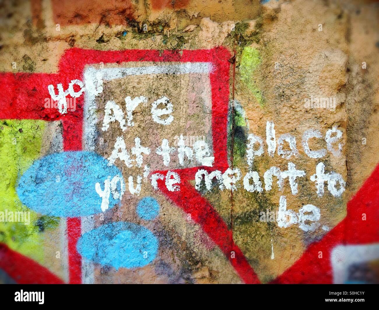 Message graffiti profonde sur le mur. Photo Stock