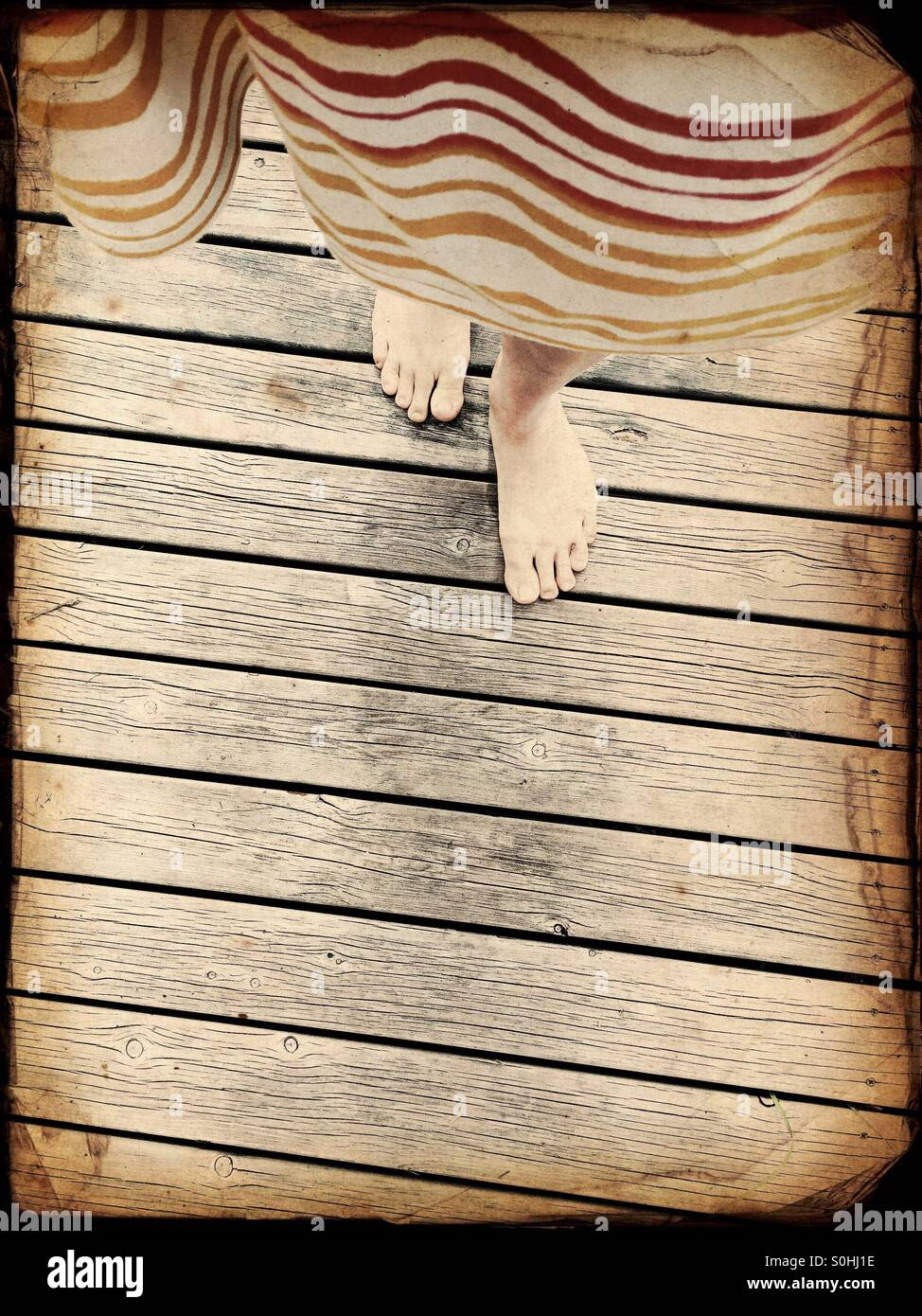 Une femme marche dans une jetée en bois chalet d'été, la Finlande Photo Stock