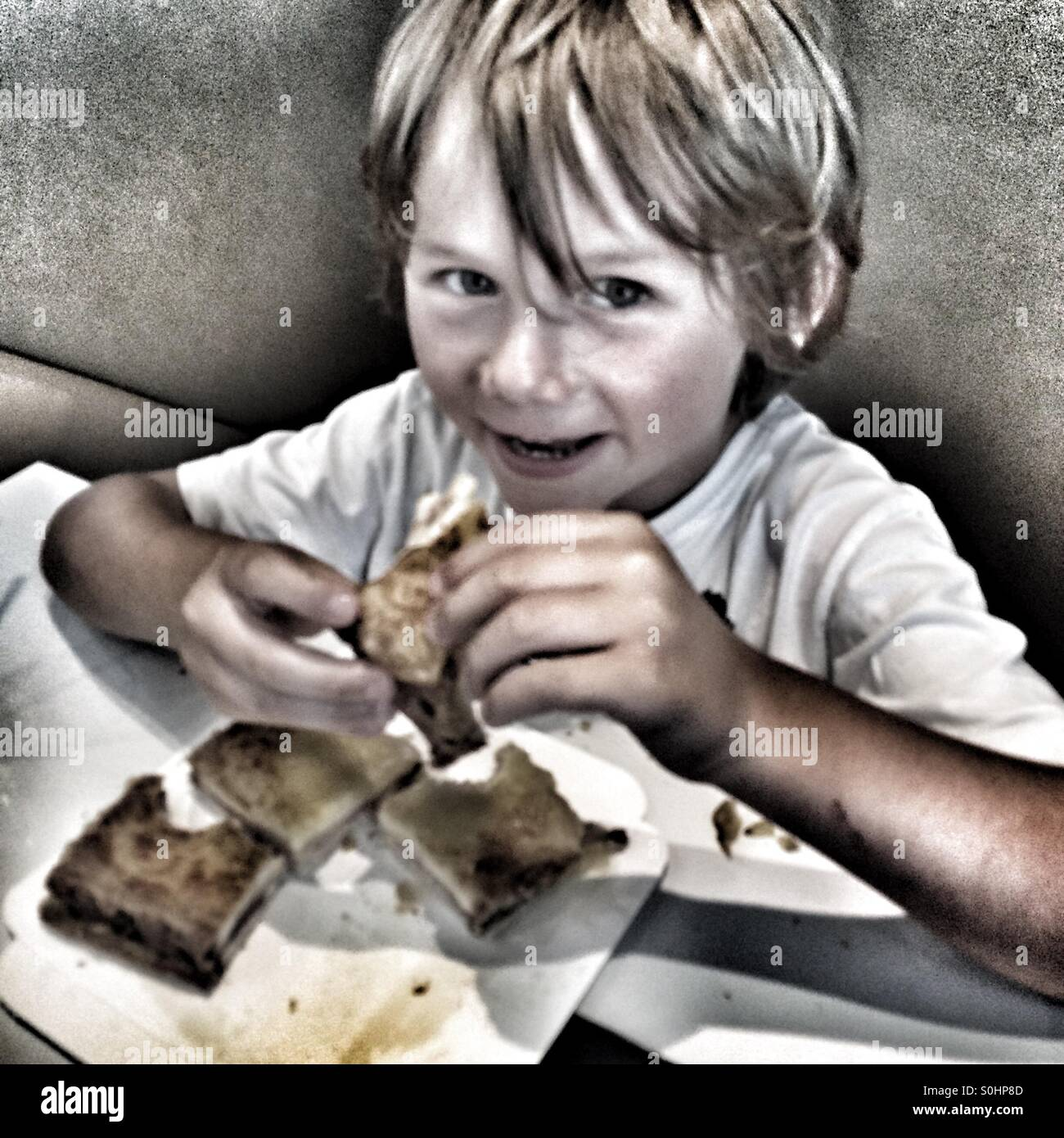 Cinq ans eating sandwich Photo Stock