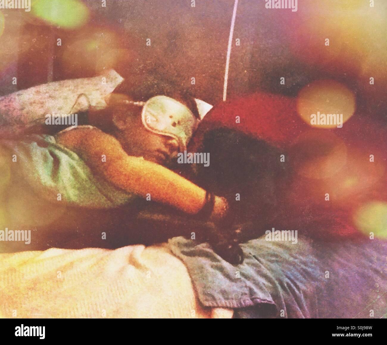 Une petite fille dormir avec son chien. Photo Stock