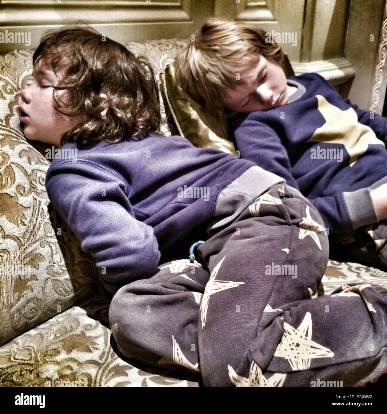 Deux garçons dormant quatre et cinq ans Photo Stock