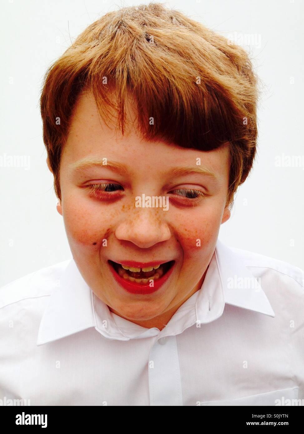 Un heureux 10 ans garçon brun au gingembre Photo Stock