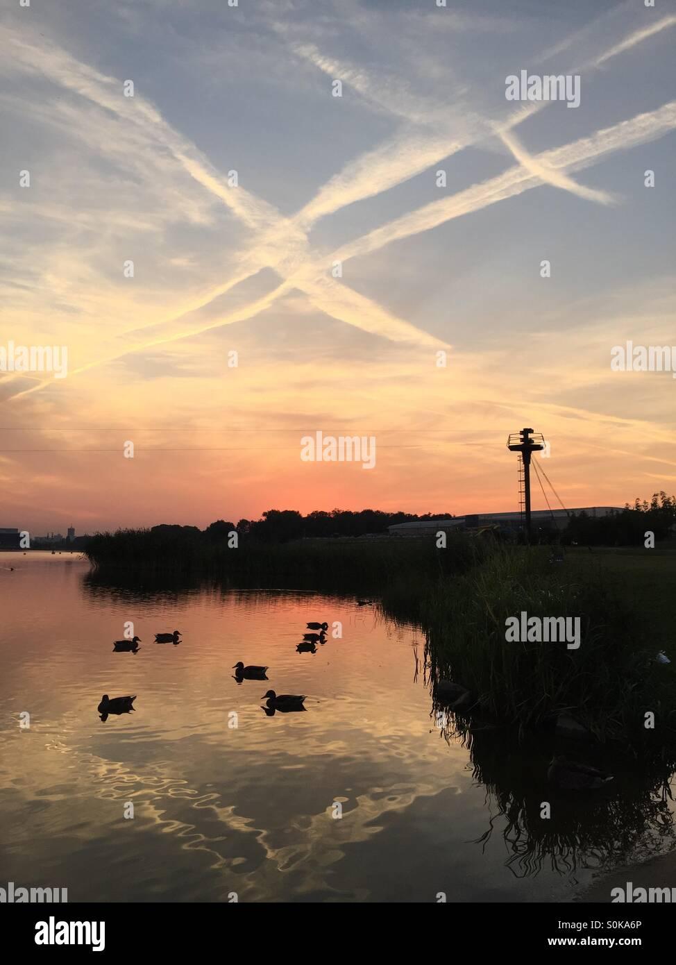 Coucher de soleil sur le lac Malta Poznan, Pologne Photo Stock