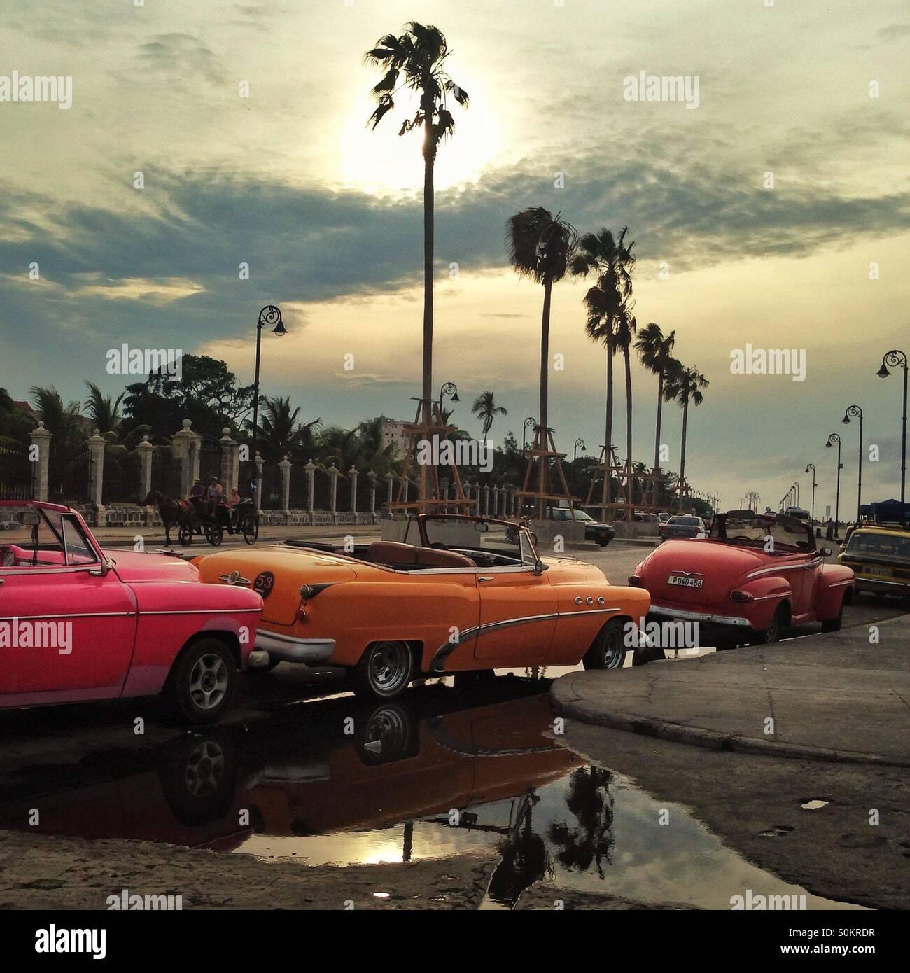 Classic cars alignés sur le Malecon, La Havane, Cuba Photo Stock
