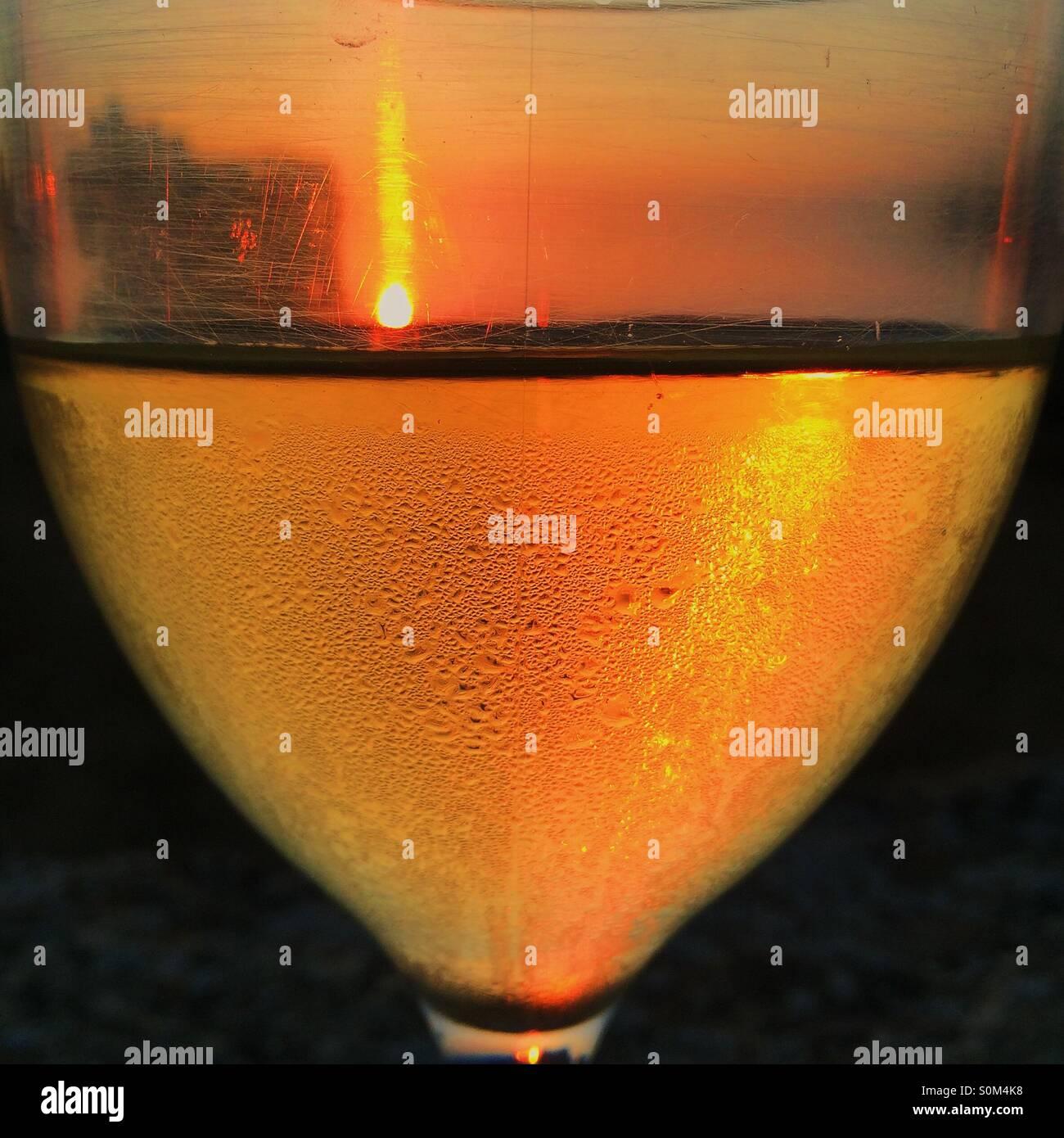 Coucher du soleil dans un verre de vin Photo Stock