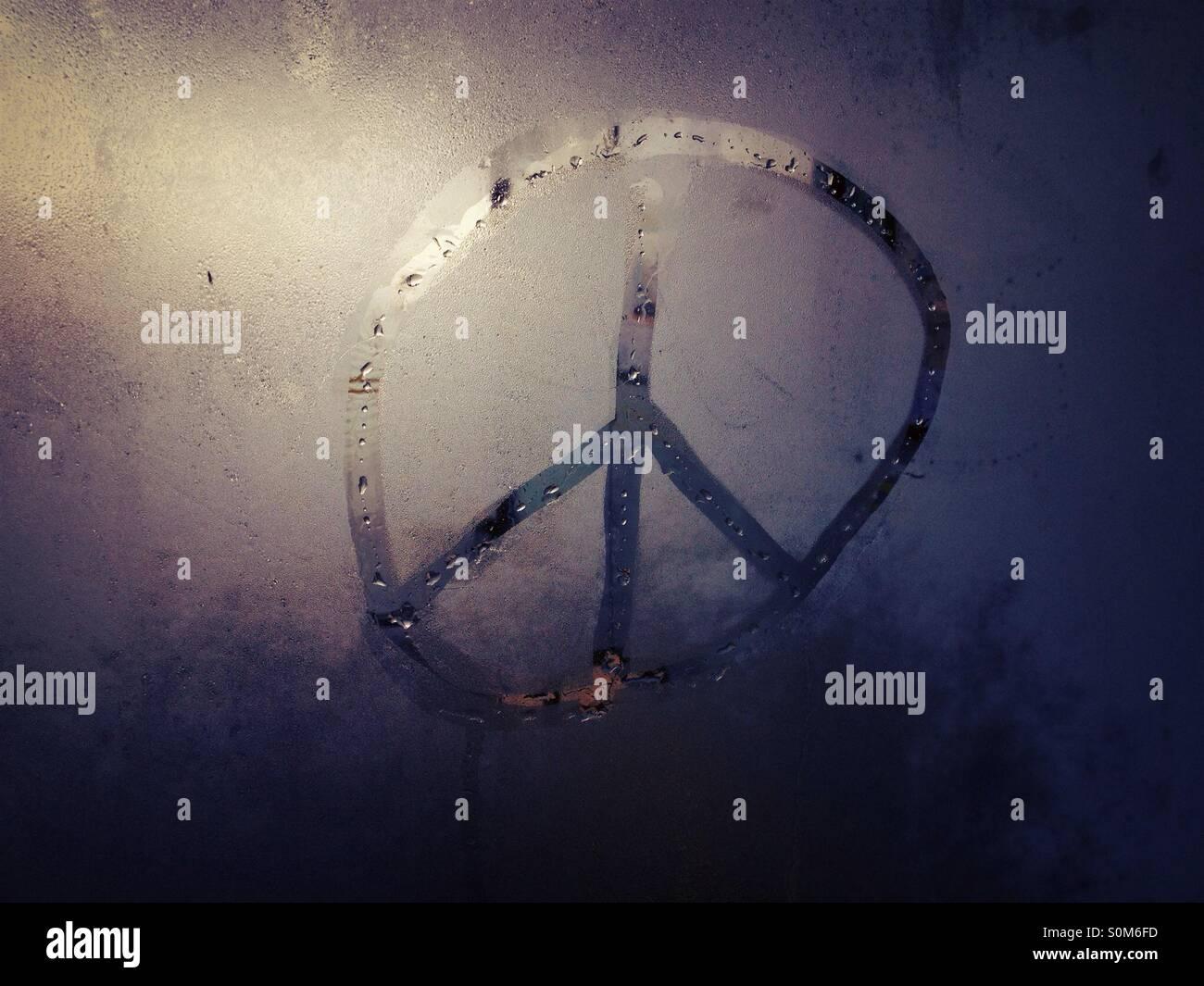 En signe de paix à la CND de condensation en verre Photo Stock
