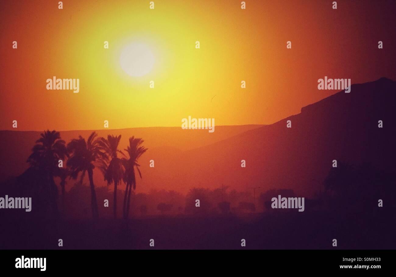 Coucher de soleil sur la rive ouest du Nil à Louxor en Égypte, en regardant vers le magnifique paysage Photo Stock