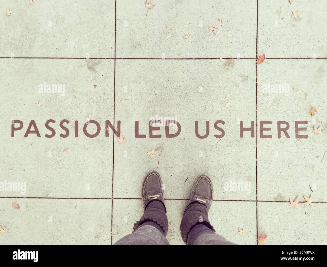 POV. Regardant le texte écrit dans le trottoir 'Passion nous a conduit ici' Photo Stock