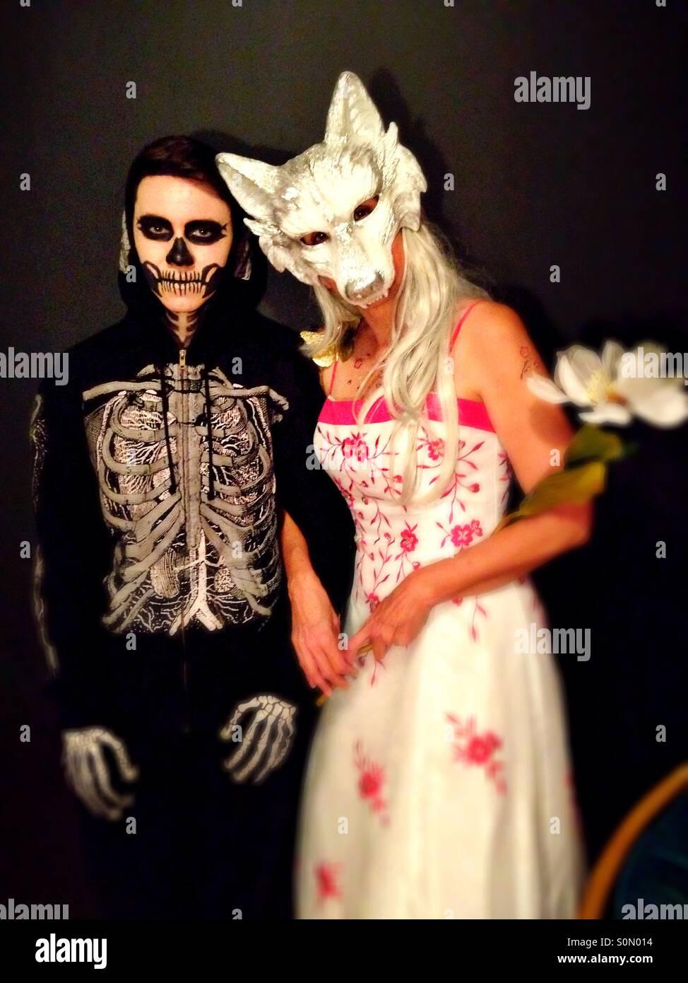 Un couple habillé pour l'halloween. Photo Stock