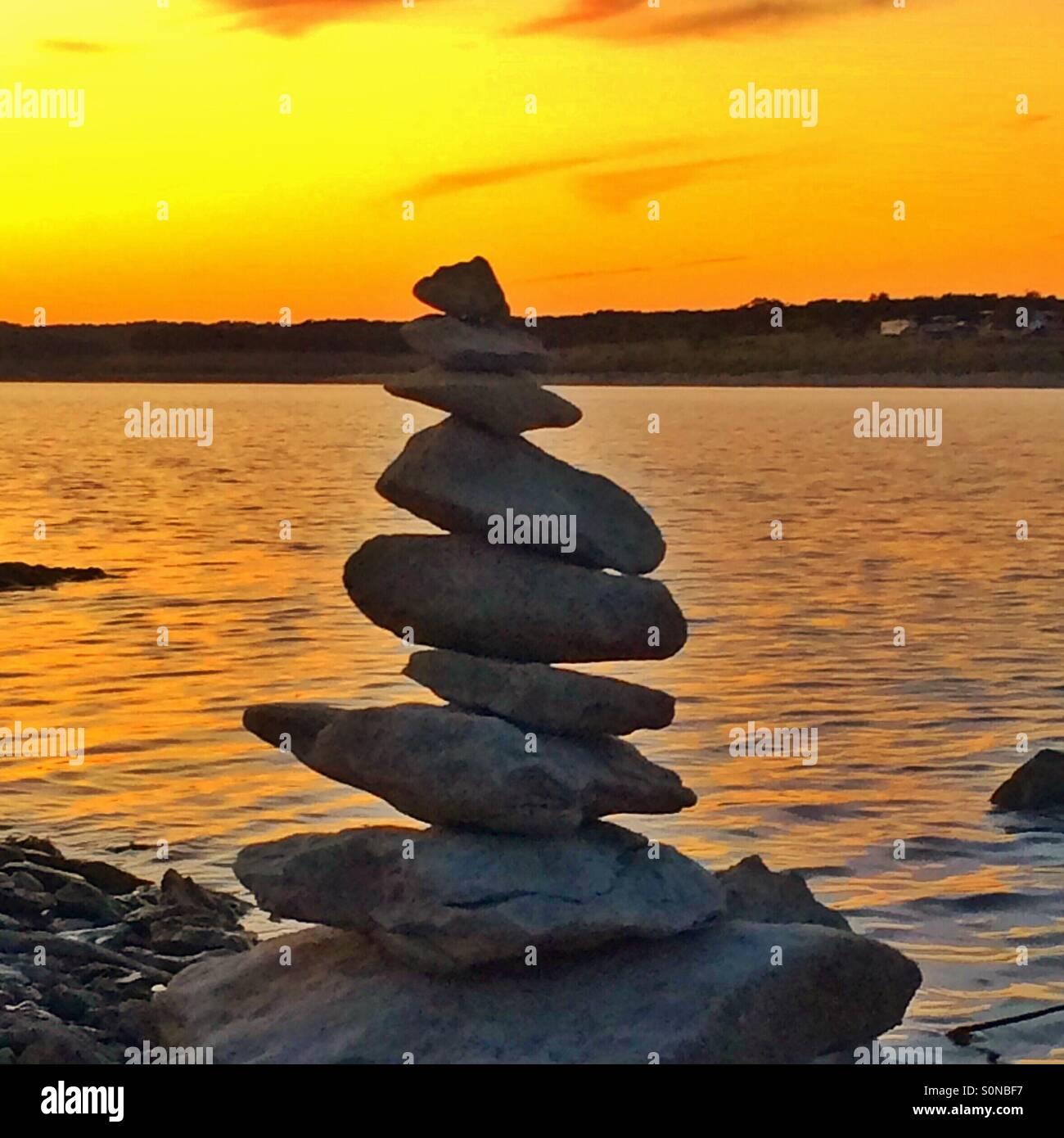 Les roches empilées au bord de l'eau Photo Stock