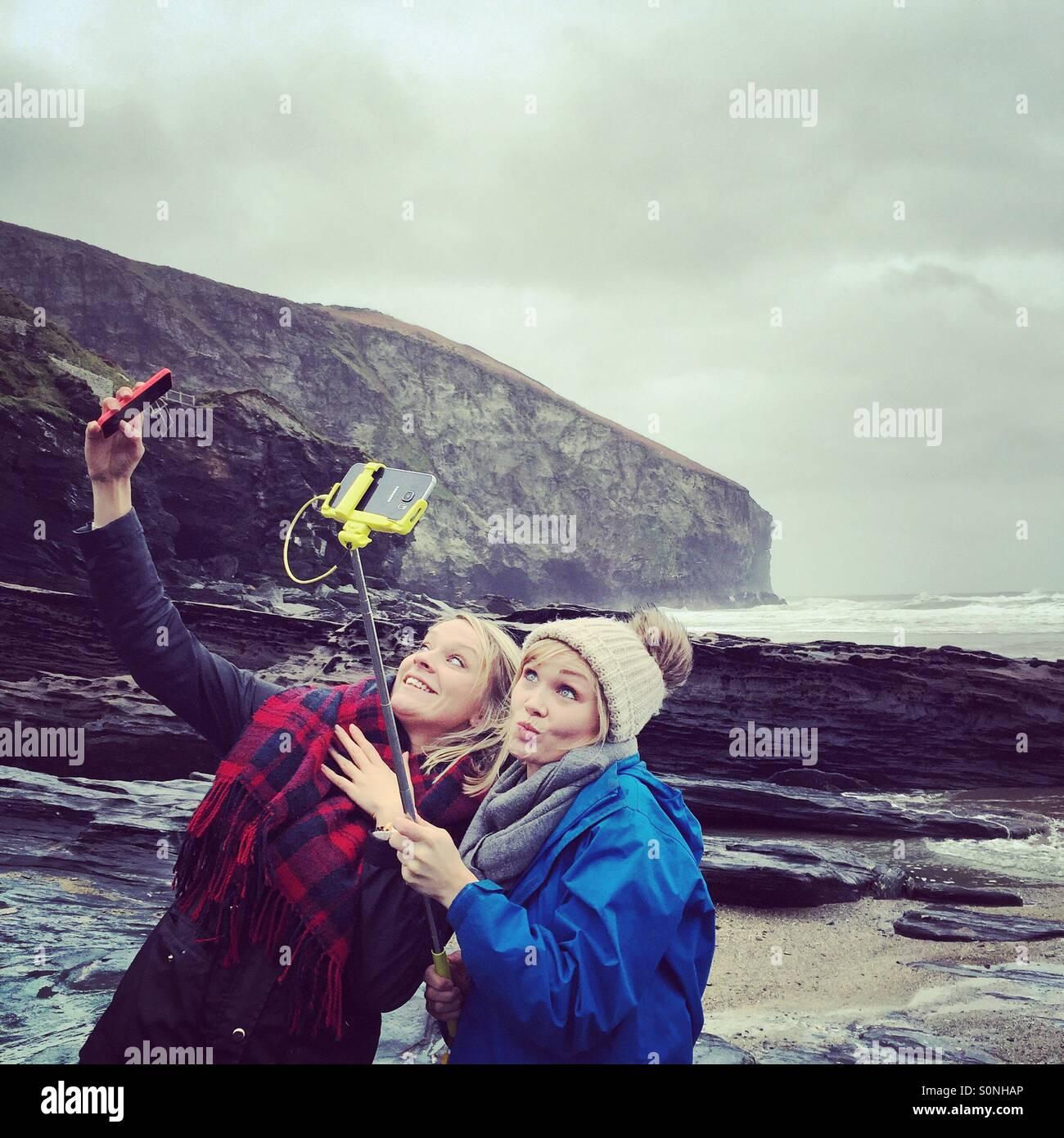 Deux jeunes filles en tenant vos autoportraits Photo Stock
