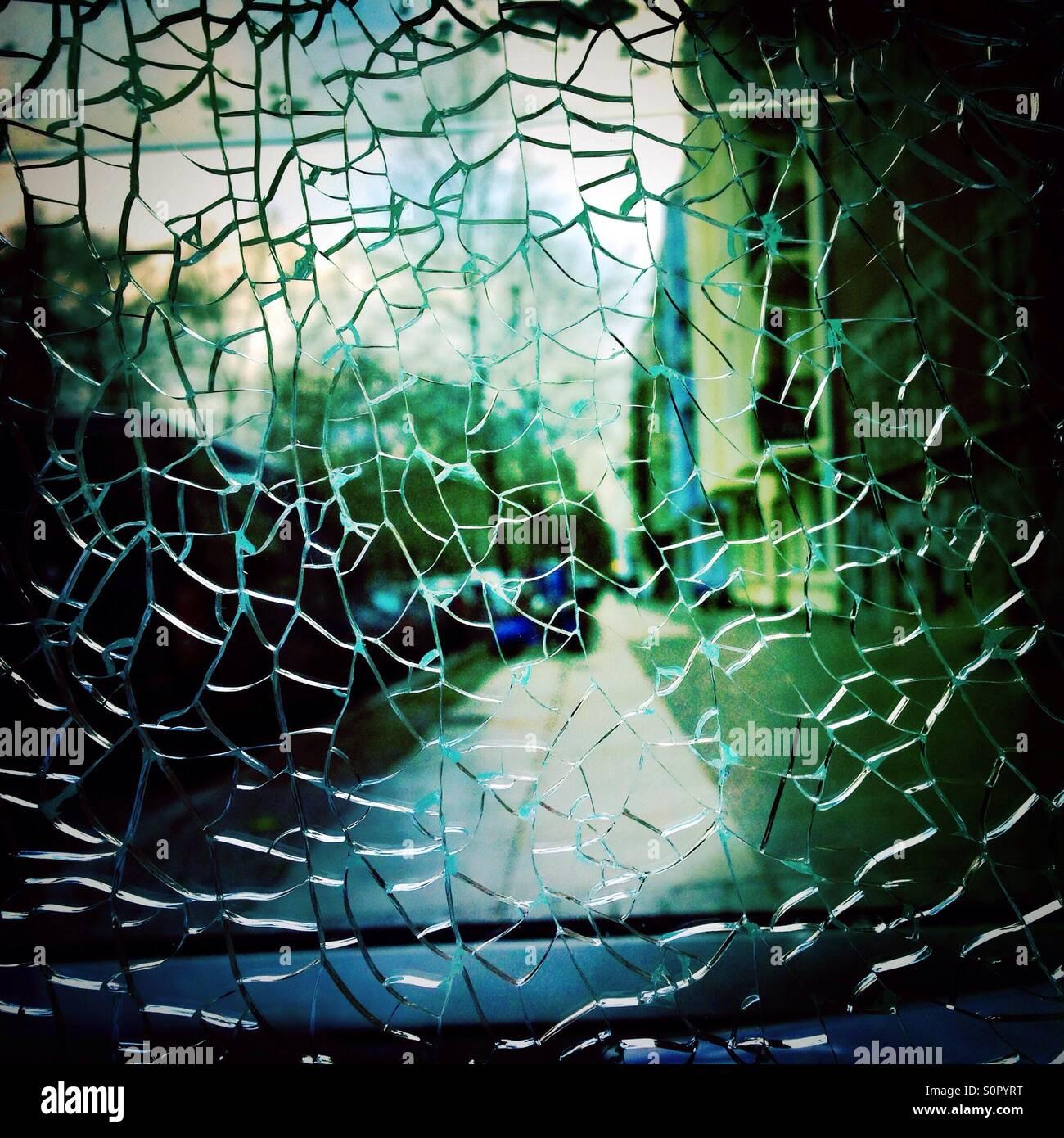 Du verre brisé et une rue de la ville en arrière-plan Photo Stock