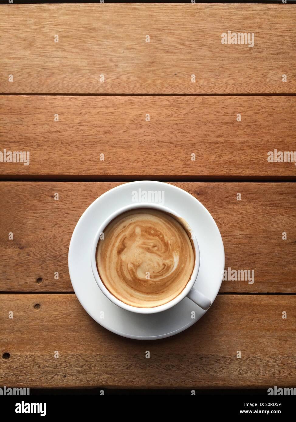 Tasse de café au lait chaud. Photo Stock
