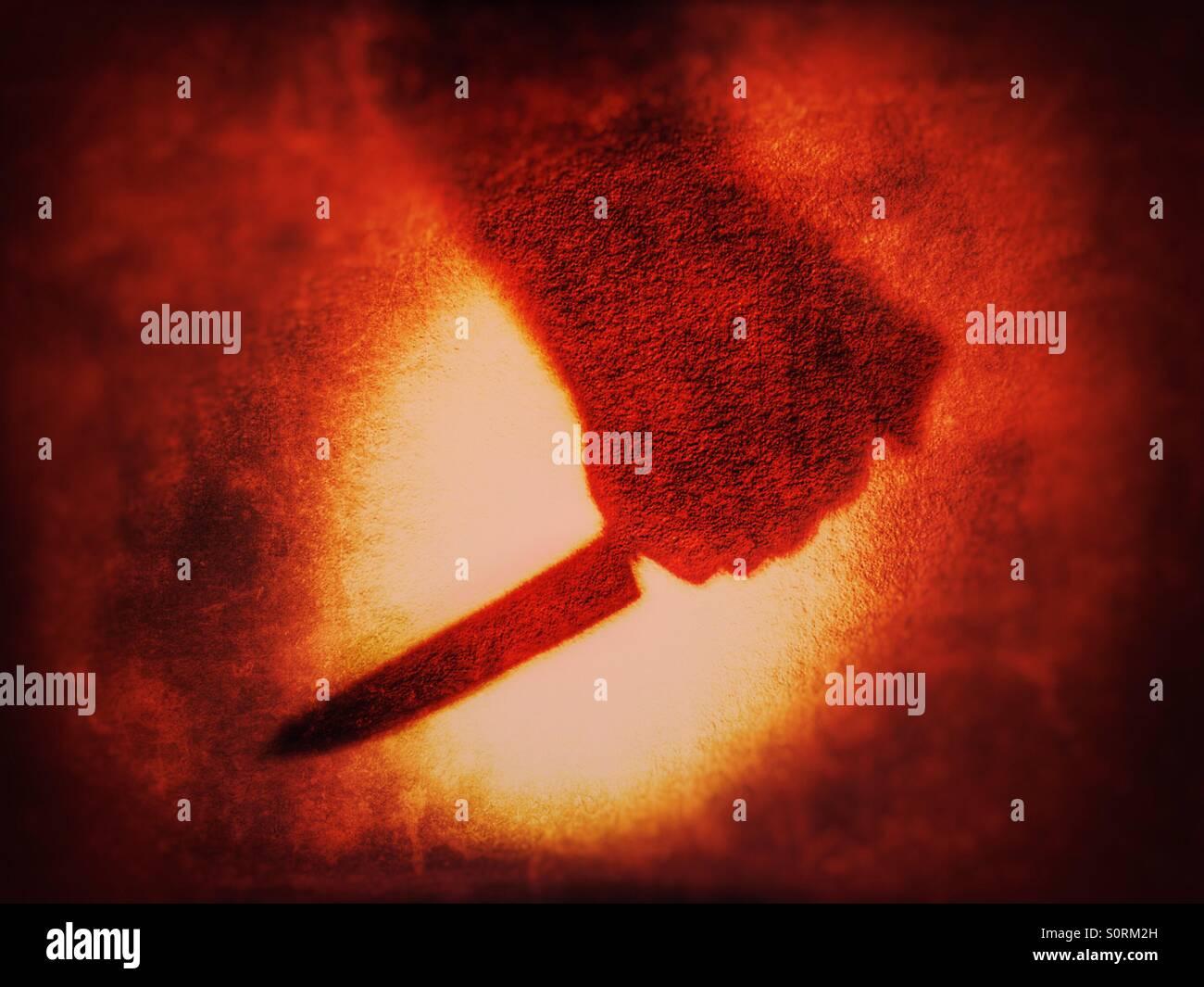 Ombre de préhension main Couteau sur fond rouge sang Photo Stock