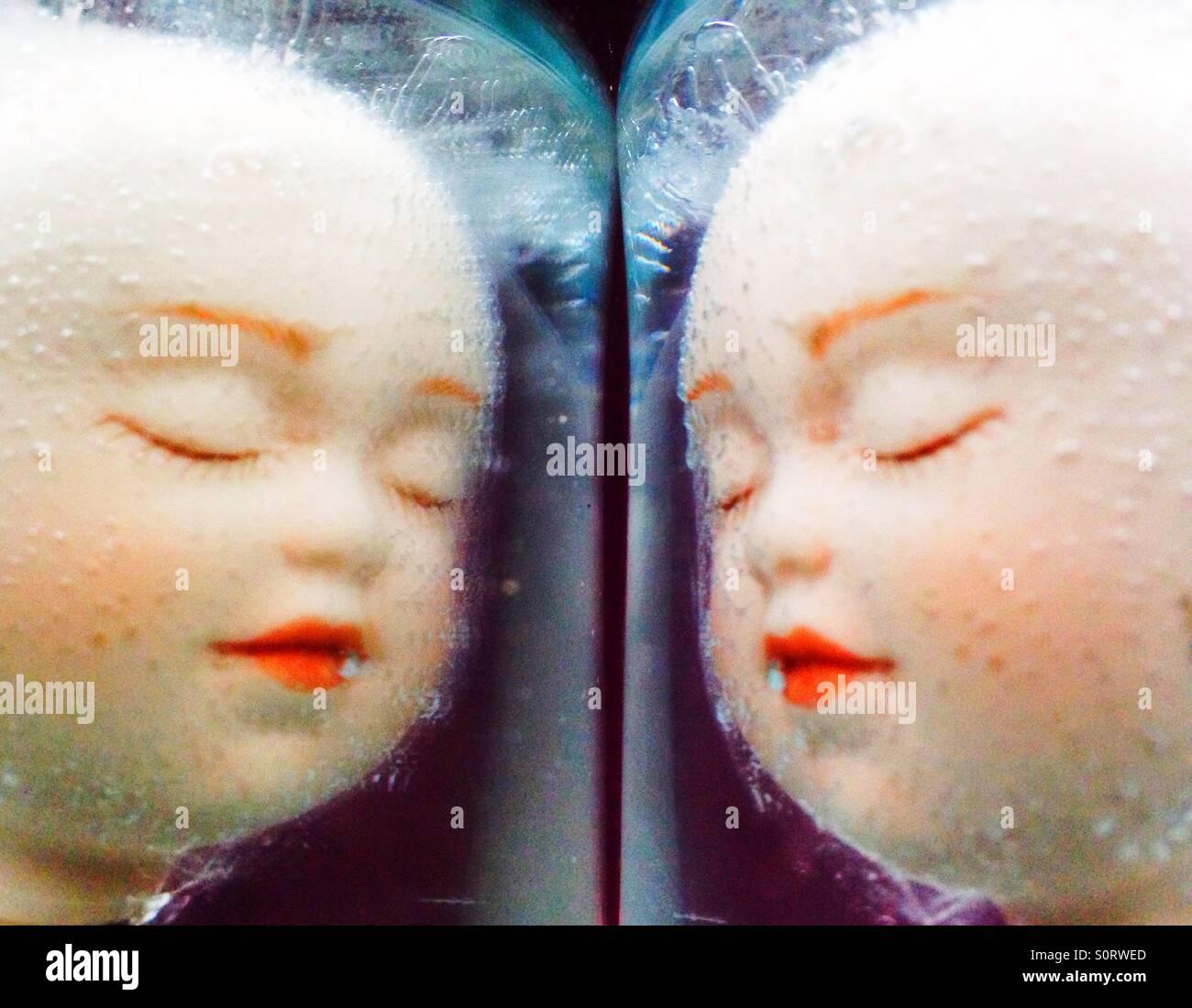 Une image miroir de visages de poupées. Photo Stock