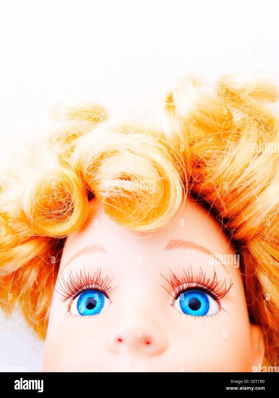 Un gros plan d'une énorme poupée, les yeux bleus. Photo Stock