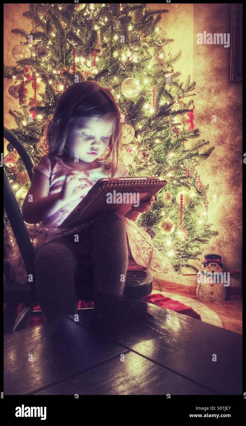 Petite fille à l'aide d'une tablette Banque D'Images