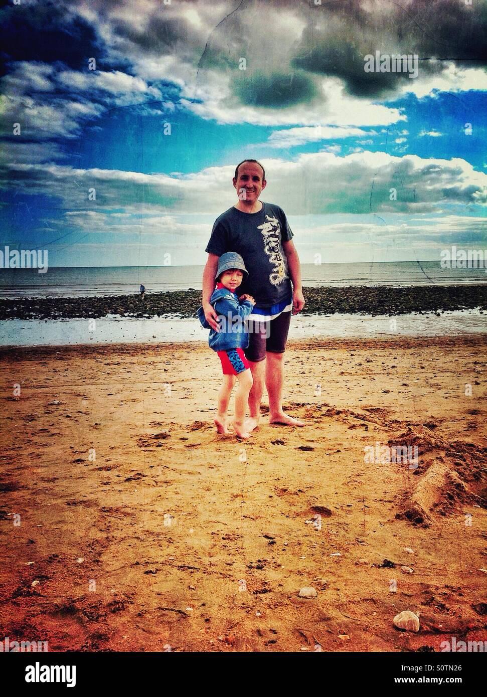 Un père et son fils sur une plage. Photo Stock