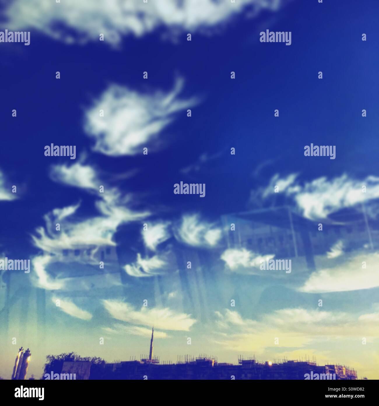 Ciel bleu reflété sur le terrain Photo Stock