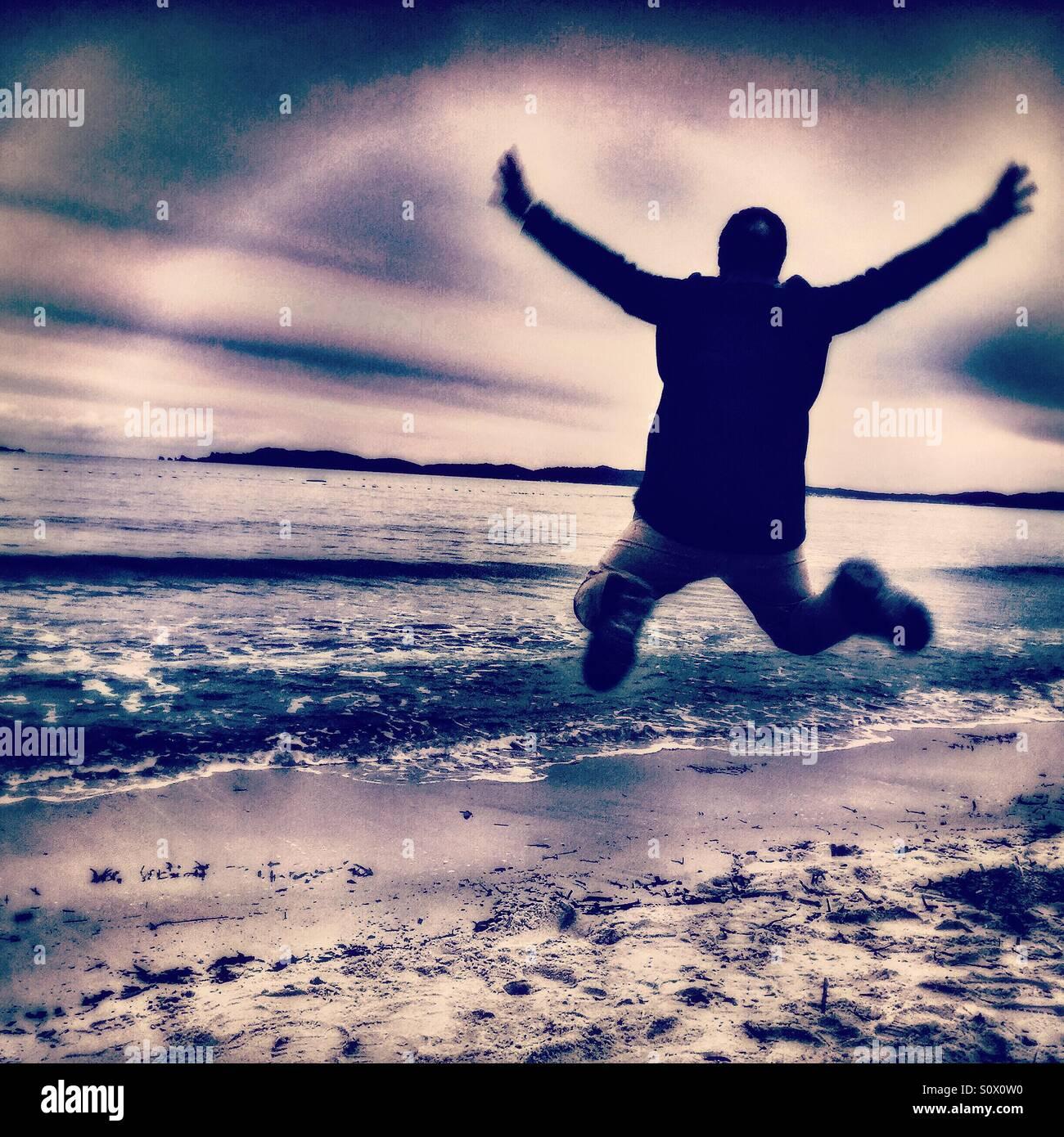 Homme heureux sur la plage, mer Méditerranée Photo Stock