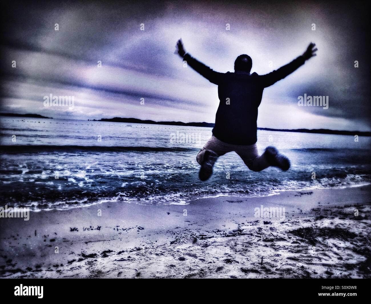L'homme joyeux sur la plage Photo Stock