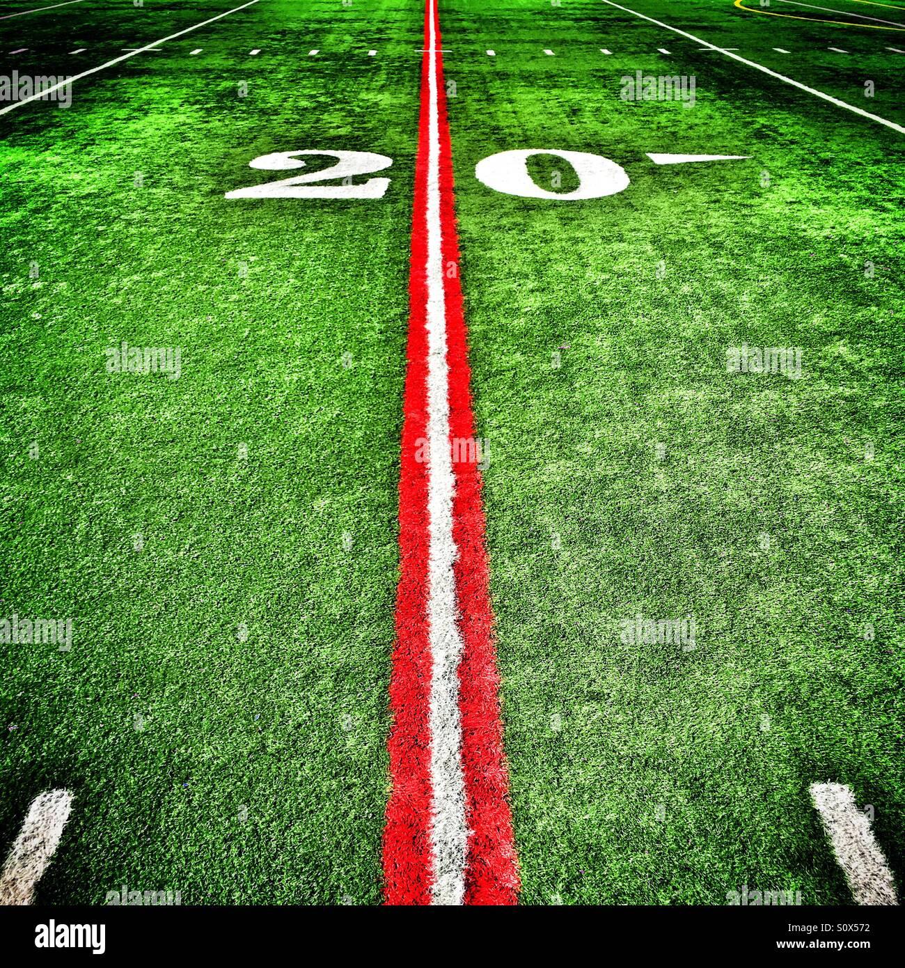 Vingt cour ligne peinte en rouge sur un terrain de football américain Banque D'Images