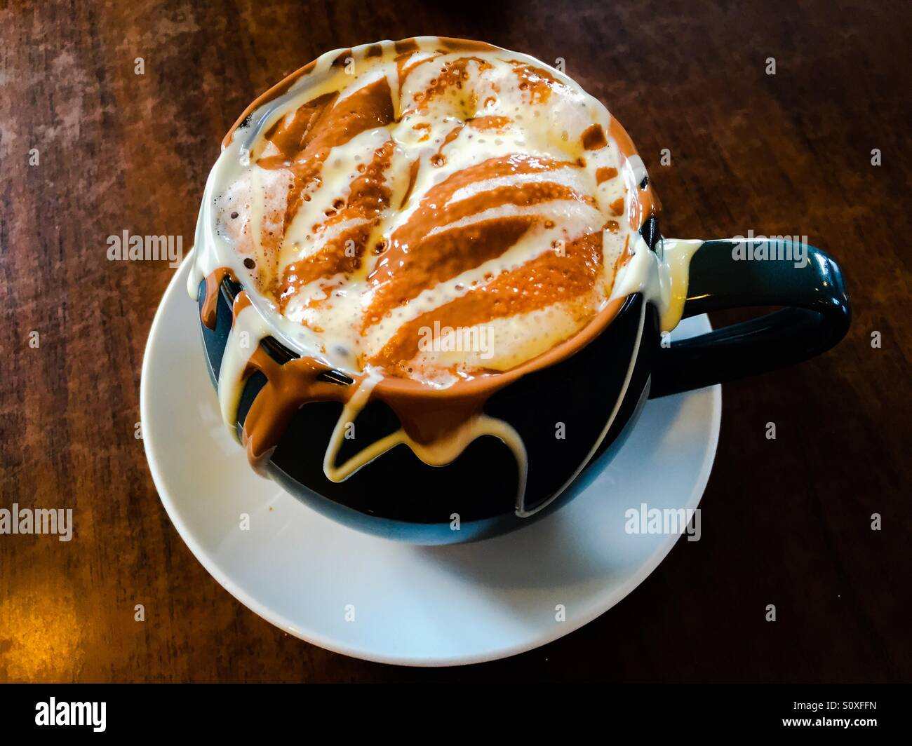Le meilleur chocolat chaud du monde? Boisson au chocolat fondant, crémeux Photo Stock