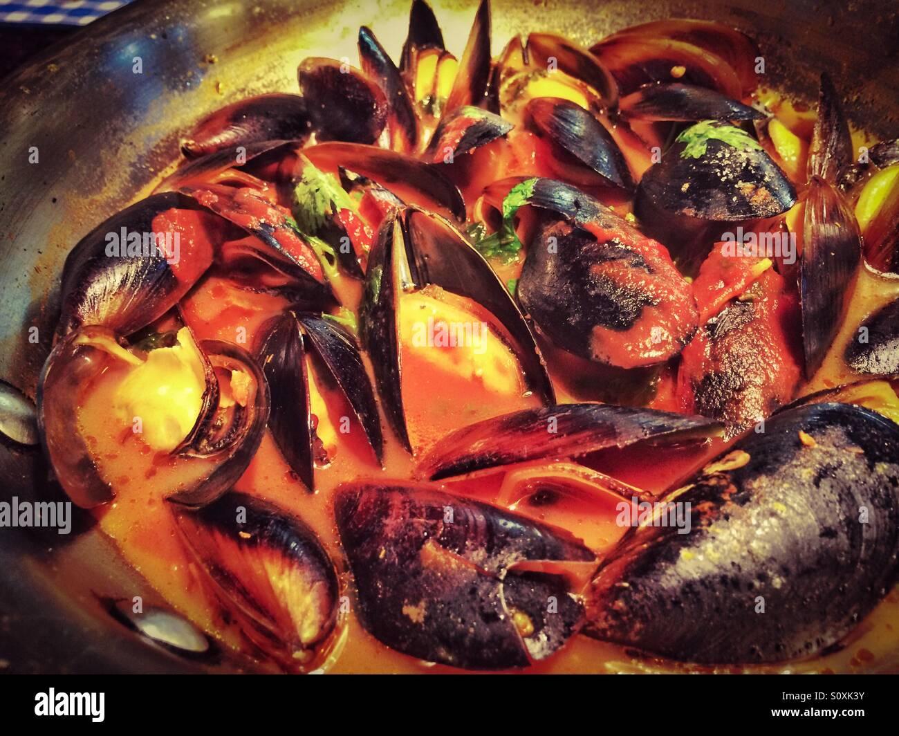Moules à l'ail et de la sauce tomate Banque D'Images